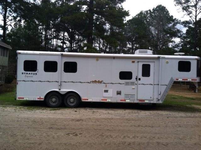 2007 Bison Trailers 8 wide 3 horse with 8' lq Horse Trailer