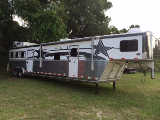 2006 Integrity Trailers 8 wide 3 horse w/14' lq w/slide out & midtack Horse Trailer