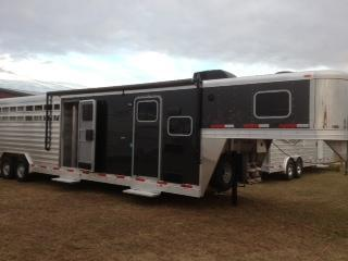 2015 Exiss 8wide stock living quarters with midtack Horse Trailer