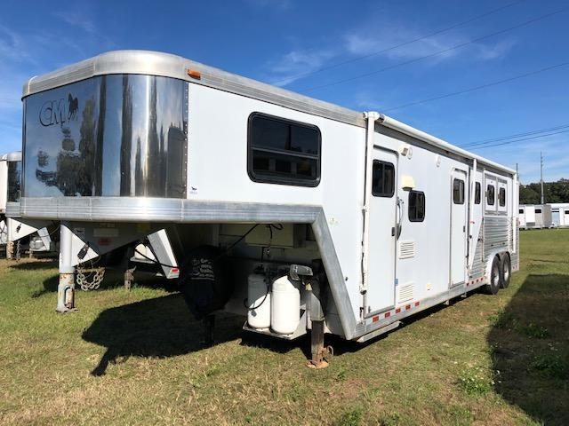 2002 CM 8 wide 10'lq w/midtack and bunks Horse Trailer