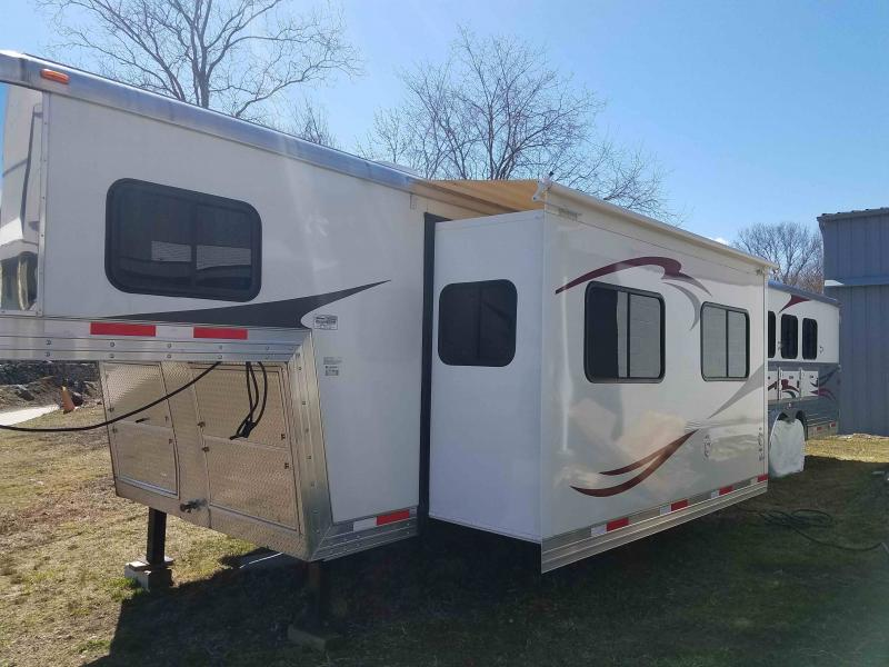 2013 Bison 3 Horse Slant With Living Quarters
