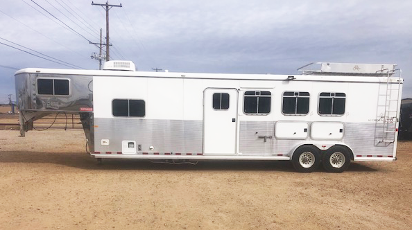 2004 Logan Coach 3 Horse Living Quarters Trailer