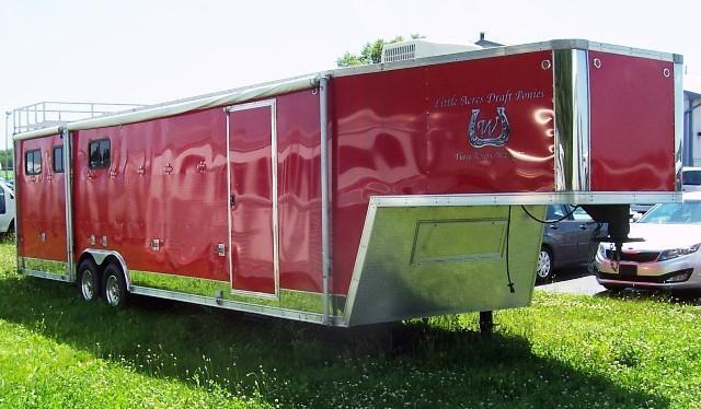 2006 United Trailers Carriage trailer w/ac Horse Trailer