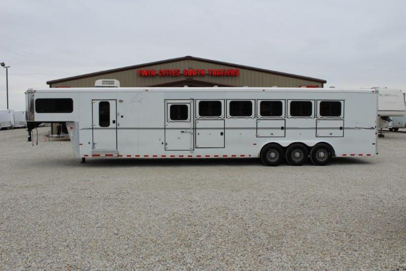 2007 Sundowner 6 horse with dressing room & midtack