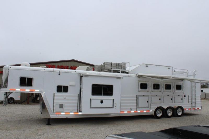 2015 Featherlite 4 horse with 16' Living Quarter