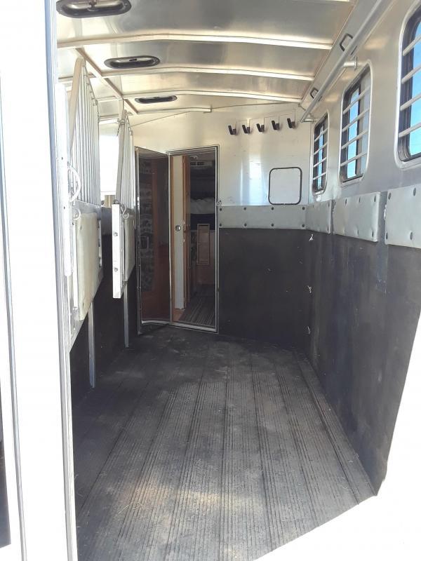 2005 Classic Manufacturing 3H GN LQ W/ GENERATOR Horse Trailer