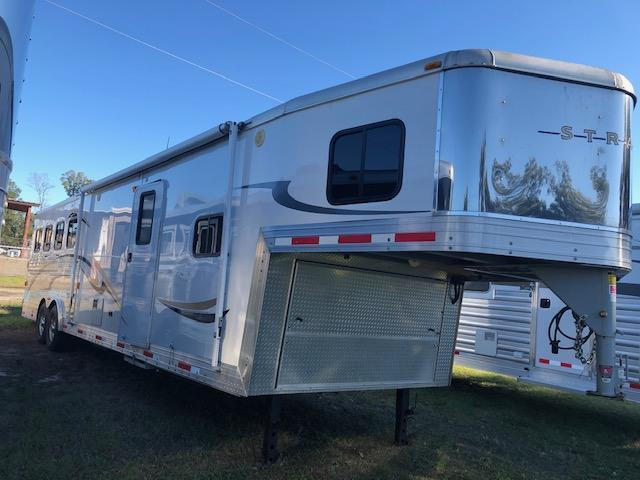 2007 Bison Trailers 8' wide Stratus 4 horse w/12' lq & slide Horse Trailer