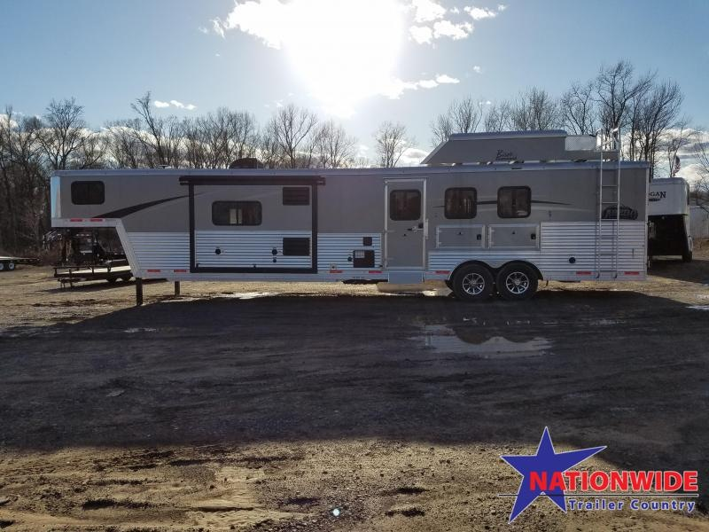 ***NEW YEAR CLEARANCE***2018 Bison LIVING QUARTERS 8316 LAREDO 3 HORSE TRAILER