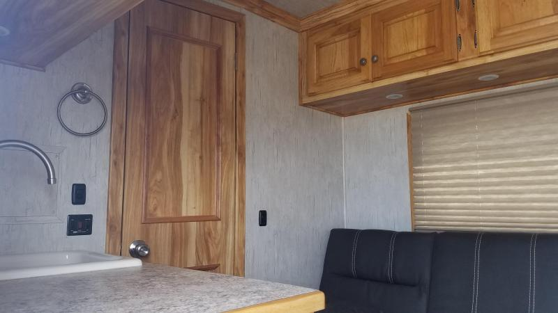 ***PRICE REDUCTION***2020 Sundowner LIVING QUARTER SANTA FE 3 HORSE Trailer
