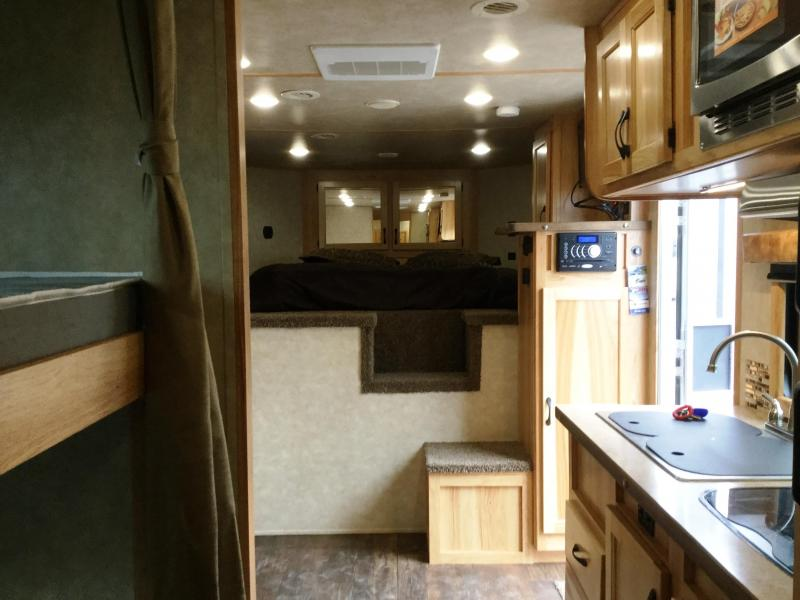 ***NEW YEAR CLEARANCE***2018 BISON LIVING QUARTERS 8414  4 HORSE Trailer