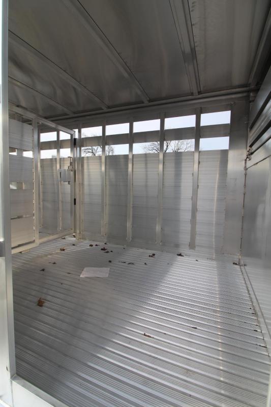 2020 Featherlite 8127 - 24ft Livestock Trailer w/ gates - Sort doors - Escape door