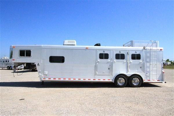"""2000 Elite 3H 10'6"""" SW LQ Horse Trailer"""