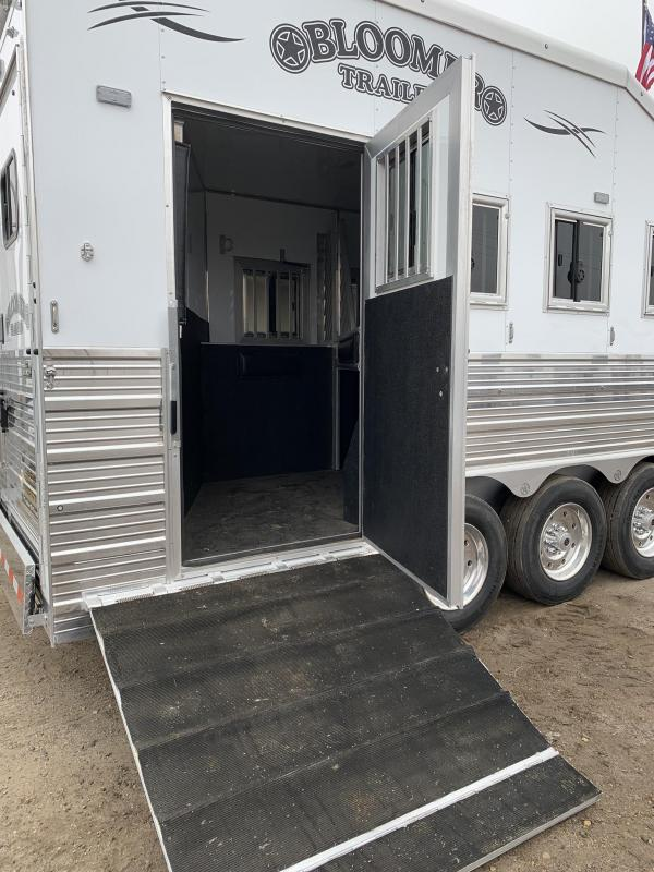 2019 Bloomer Trailer Manufacturing 4 Horse 17.9 Short Wall Couch/ Couch PC load Trailer