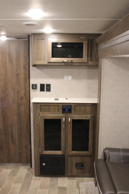 "<b>2020 LIKE NEW TRADE-IN</b>  22' 9"" Coleman Light Series 1805RB Travel Trailer With Slide Out"