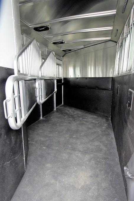 2020 Merhow Trailers Bronco 3-H Slant BP Horse Trailer