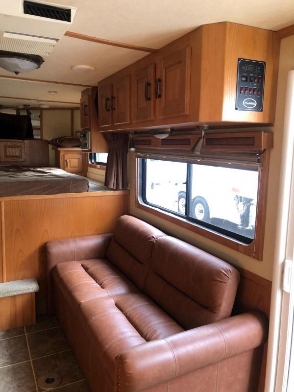 2005 Sundowner Living Quarters 3-Horse Sierra Ranch House Model Horse Trailer