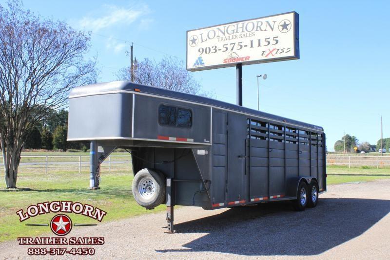 2008 CM 5 Horse Gn / Front Tack Horse Trailer