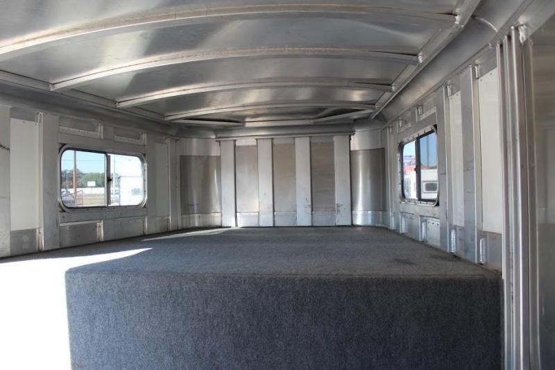 2005 Platinum Coach dressing room Horse Trailer