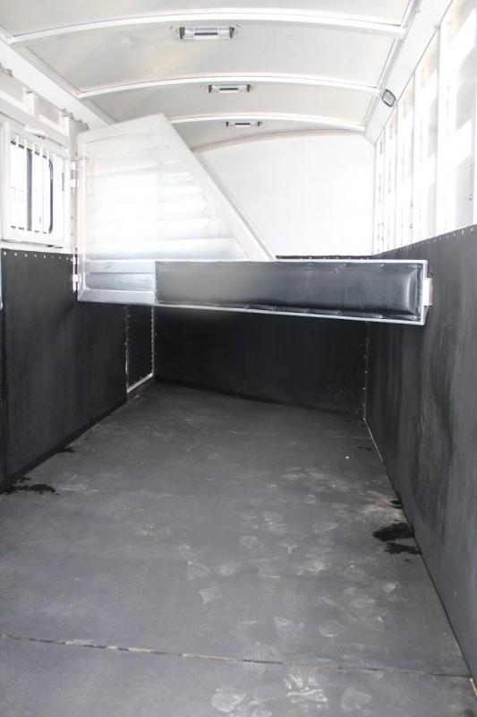 2004 Integrity Trailers dressing room Horse Trailer