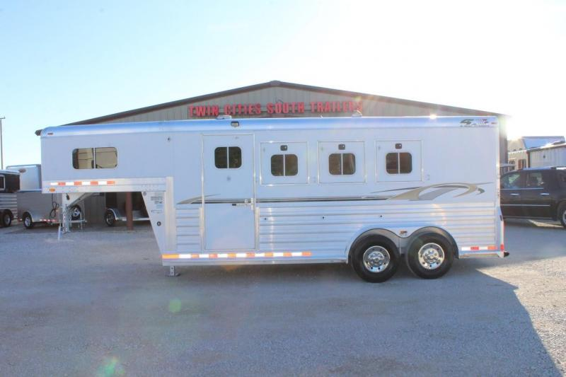 2007 4-Star Trailers dressing room Horse Trailer