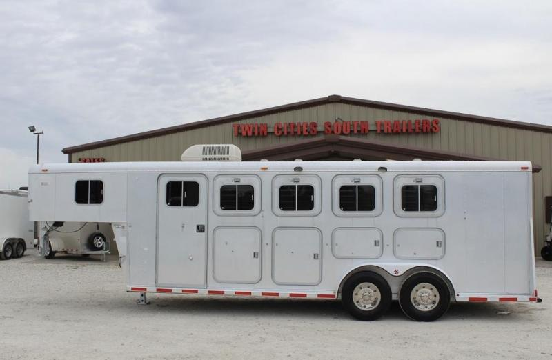 1998 Sooner dressing room Horse Trailer