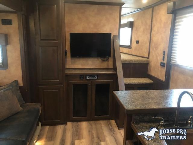 2014 Merhow 2 Horse Straight Load Living Quarters w/Slide Out & Midtack