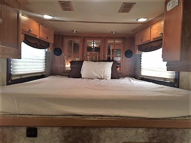 2006 Bloomer 3 Horse 17' Living Quarters w/Generator & 2nd Bedroom w/Bunk!
