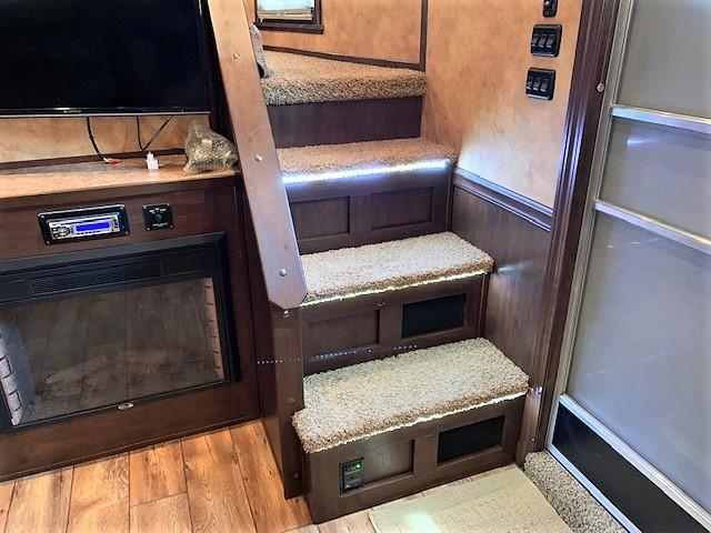 2014 Sooner 3 Horse 18'6 Sierra Living Quarters w/12' SLIDEOUT & SIDE RAMP!